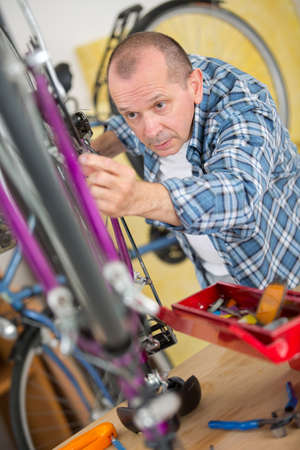 business owner repairing bicycle Imagens - 89714273
