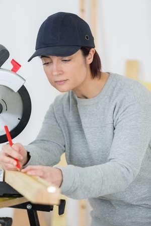 Een creatieve huisvrouw die meubels voor haar kinderen schetst