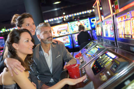 friends looking at the slot machine Stockfoto