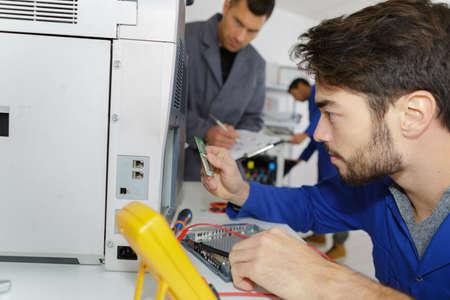 Leçon avec un électricien et un apprenti Banque d'images - 90006318