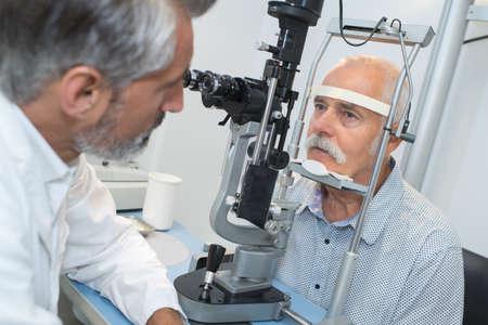 Vieil homme avec butin à l & # 39 ; opticien pour l & # 39 ; examen optique Banque d'images - 90452044