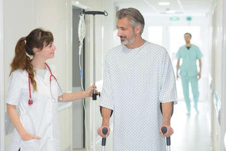 Verpleegster die een patiënt bijstaat Stockfoto - 90452594