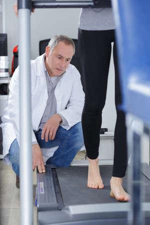 terapeuta observando a los pacientes caminar