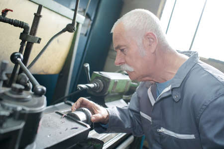 El operador de la fresadora trabaja en la máquina Foto de archivo - 91233369