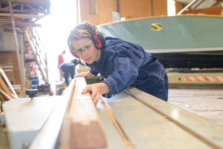 vrouwelijke scheepsbouwer op het werk