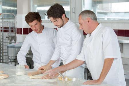 chef con apprendisti al lavoro
