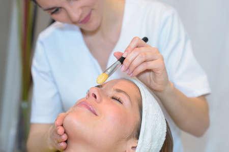young woman getting spa treatment Zdjęcie Seryjne