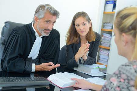 Magistraten geven uitleg aan cliënt Stockfoto - 91934665