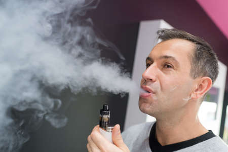 man smokes electronic cigarette Banque d'images