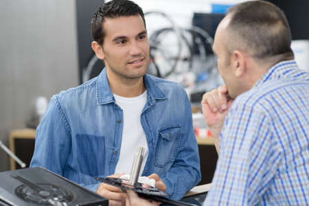technical support specialist talking to a customer Stock Photo