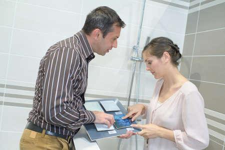 couple choosing ceramic tiles for the bathroom Stockfoto