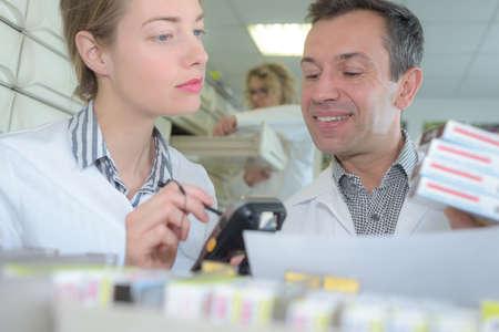 personale addetto all'ispezione e al controllo qualità del farmacista Archivio Fotografico