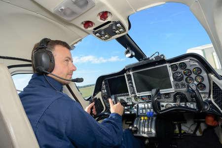 vista posteriore del pilota di elicottero maschio
