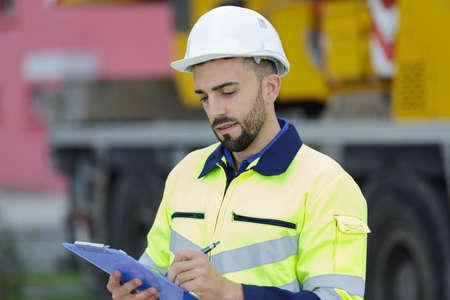 constructeur dans le casque assurant la sécurité sur le chantier Banque d'images