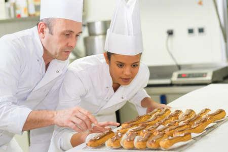 femme pâtissière en cours de scolarité