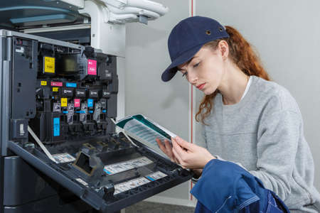 czytanie instrukcji obsługi drukarki i przewodnika po opisach