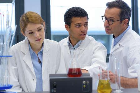 estudiantes de ingeniería que trabajan en el laboratorio.