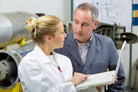 jeune femme ingénieur avec manager Banque d'images