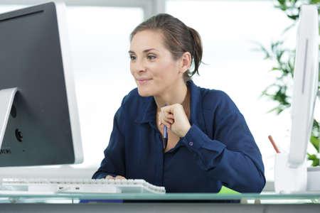 femme heureuse travaillant sur ordinateur portable