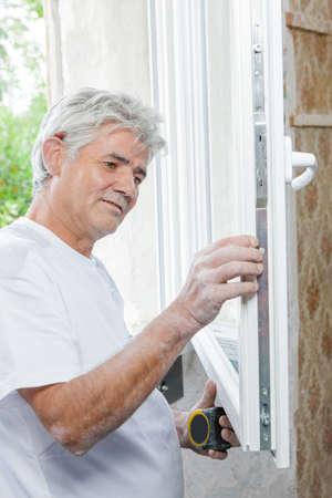 Mann vermisst ein Fenster Standard-Bild