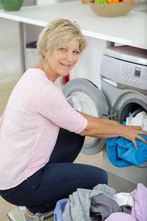 anciana lavando la ropa Foto de archivo