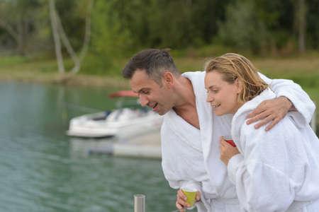 couples aînés, dans, peignoir, séance, sur, a, ponton
