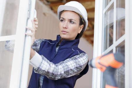 a woman designer supervising window 版權商用圖片