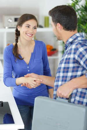Mann schüttelt Hand mit weiblicher Kundin