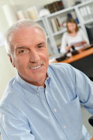 portrait d'un employé d'âge mûr
