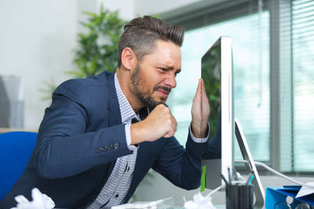 man almost punching the computer screen 版權商用圖片