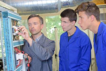 team di ingegneri che discutono in fabbrica Archivio Fotografico