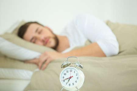 reloj en una mesa hombre durmiendo en el fondo