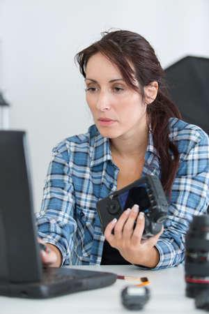 female camera technician typing on laptop Reklamní fotografie
