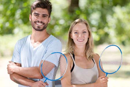 pareja posando con raqueta de bádminton Foto de archivo