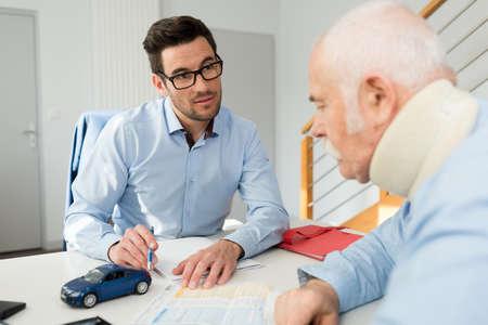 Anwalt für Personenschäden bei einem Treffen mit einem Kunden mit Halskrause