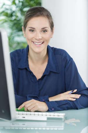 femme heureuse rêvant de quelque chose café de glace Banque d'images