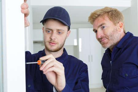 apprenti commerçant utilisant le superviseur de scredriver regardant Banque d'images