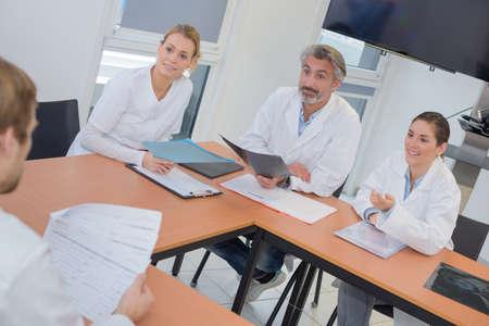 a medical staff in meeting Banco de Imagens