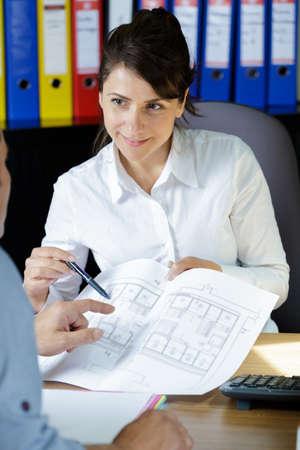 Architekt im Büro auf Blaupause zeichnen