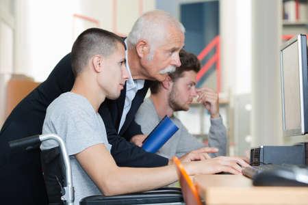 studente in sedia a rotelle in classe