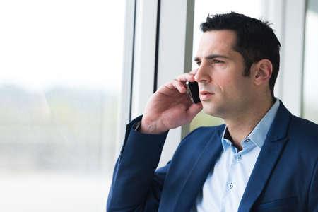retrato, de, un, hombre de negocios, en, teléfono celular