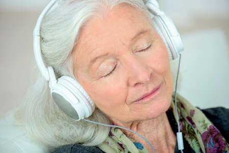mujer mayor, en, auriculares