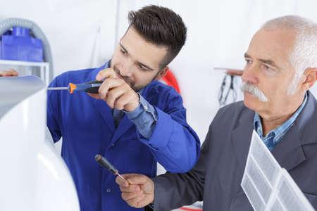 réparateur de climatisation et apprenti Banque d'images