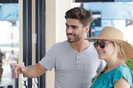 a portrait of couple at shop window Zdjęcie Seryjne