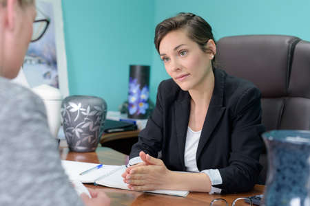 client talking to funeral home services professional Zdjęcie Seryjne