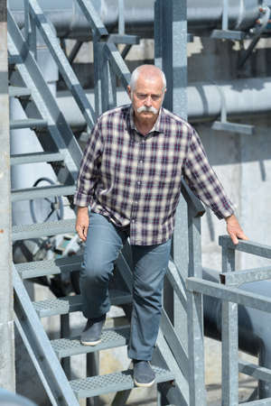 man walking down the steps Zdjęcie Seryjne