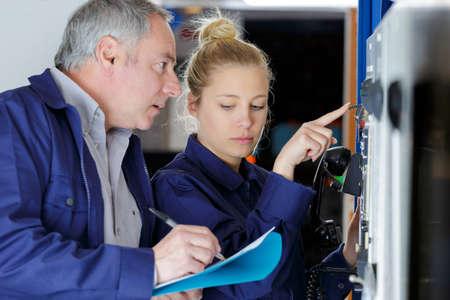 maintenance engineer operating a control panel Zdjęcie Seryjne - 134960344