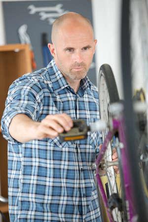repairing the wheels on the bike Zdjęcie Seryjne - 134960387