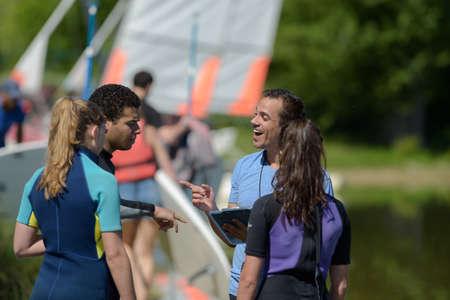 young people grouped around sailing instructor Zdjęcie Seryjne - 134960437