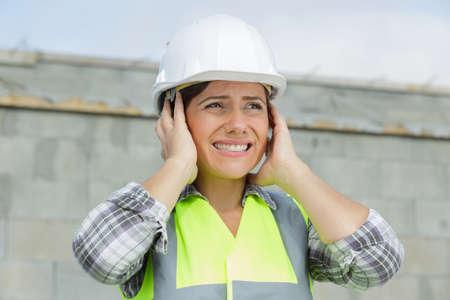 ingeniero, trabajador de la construcción, mujer, cubierta, orejas